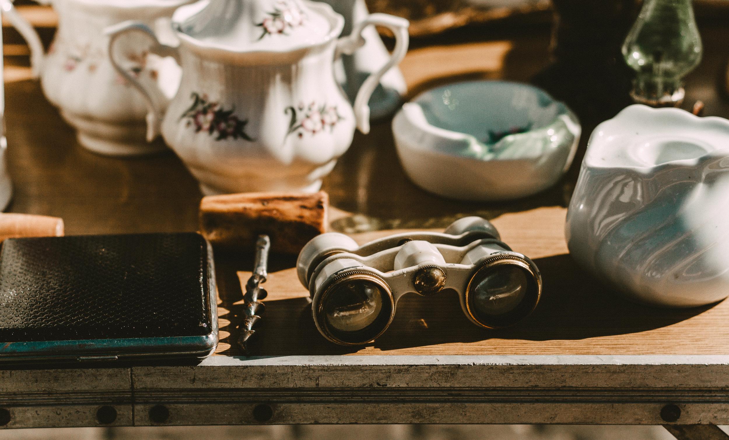 Flohmarkt-tisch-mit-objekten.jpg