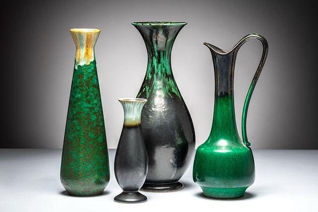 Wir sehen Grün! 💚 das grune Vasen-Ensemble aus Keramik ist gestern im Shop neu eingetroffen. Drei der Vasen haben eine Lüsterglasur: Das bedeutet, dass der Glasur Eisenoxide beigemischt wurden, die einen außergewöhnlichen, anthrazitfarbenen Metallic-Effekt zaubern - in den 50er und 60er Jahren übrigens ein totaler Trend im Keramikbereich! 🙋🏻♀️ was sagt ihr? Schönes Wochenende an alle! #fatlava #westgermanpottery #studiokeramik #vintagekeramik #midcenturyhome #vintageinterior