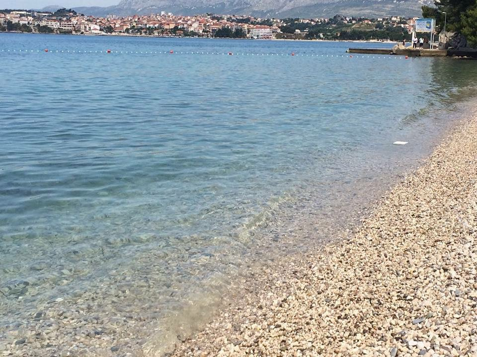 Kannattaa ottaa lomalle mukaan uimakengät tai vedenkestävät sandaalit, sillä rannat ovat kivisiä.