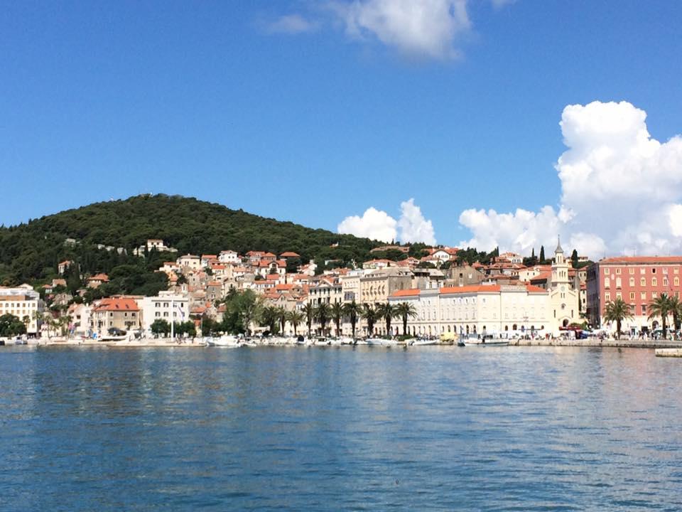 Splitin upea kaupunki ja vieressä vihertävä Marjan-kukkula.