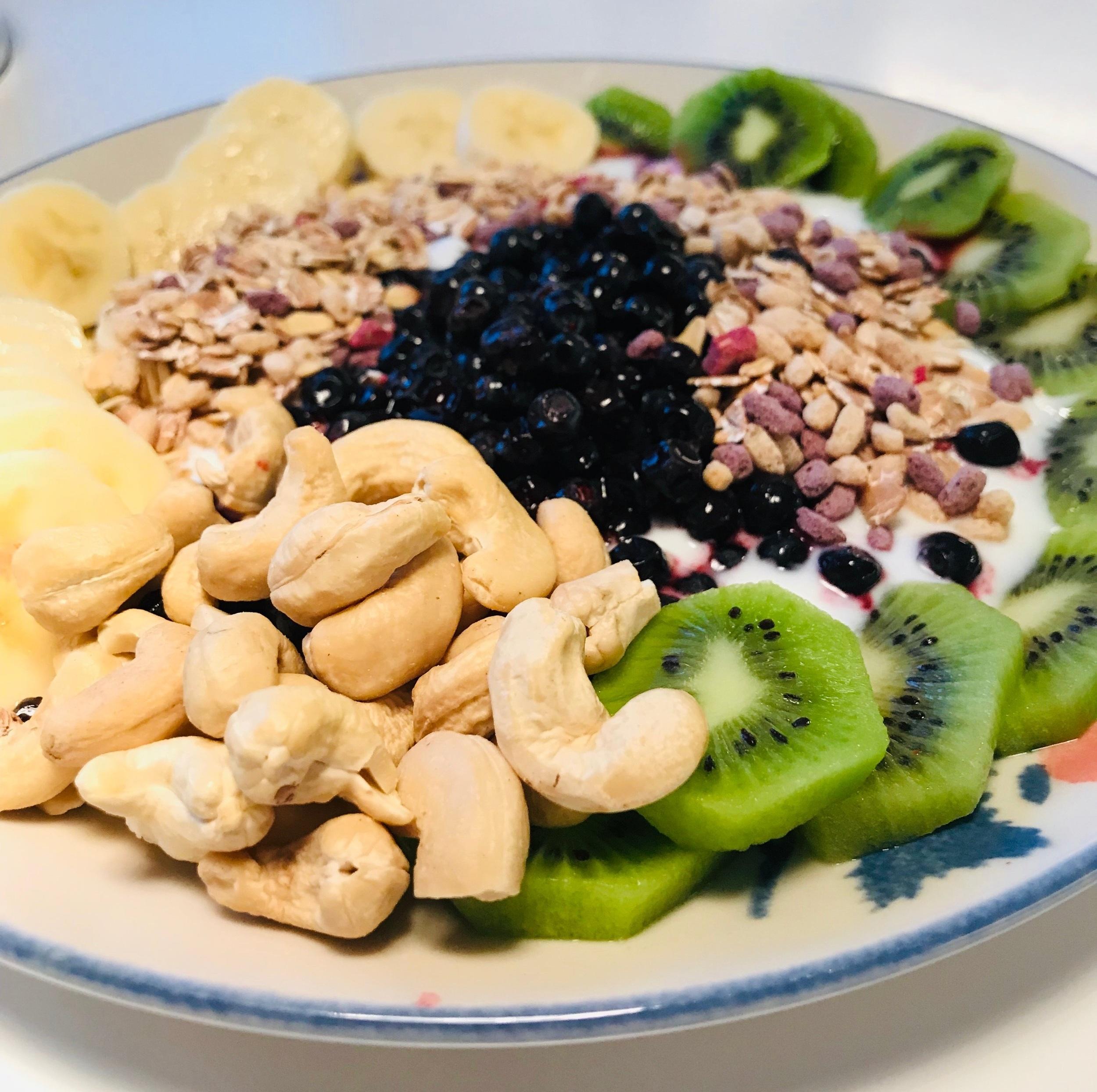 Täydelliseen viikonloppuun sisältyi tämä herkullinen aamiaislautanen. Lautasella 1 banaani, 2 kiiviä, 1 dl mustikoita, 1 dl maustamatonta jogurttia, pieni kourallinen pähkinöitä ja 1 dl mysliä. Tästä annoksesta saa vitamiineja päivään!