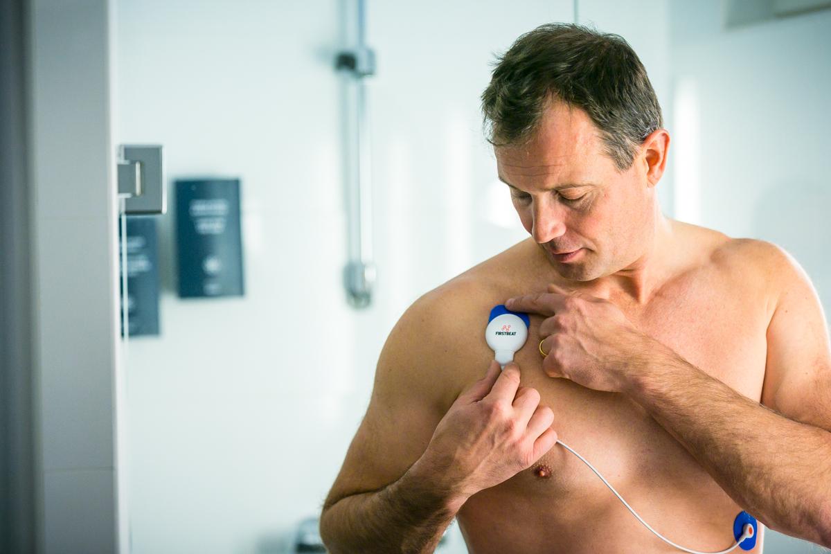 Laite kannattaa irrottaa suihkun ajaksi ja kiinnittää suihkun jälkeen uudet elektrodit laitteeseen.