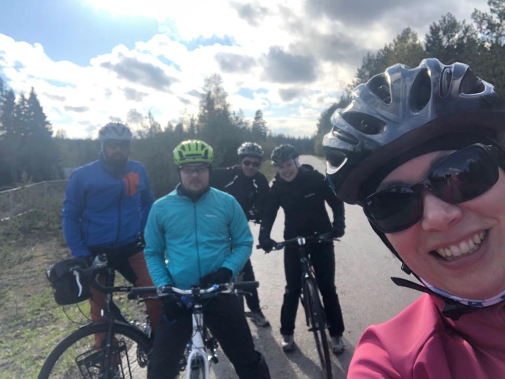 Kavereiden kanssa pyöräily on hauskaa! Perjantaina tehtiin kiva lenkki tällä porukalla!