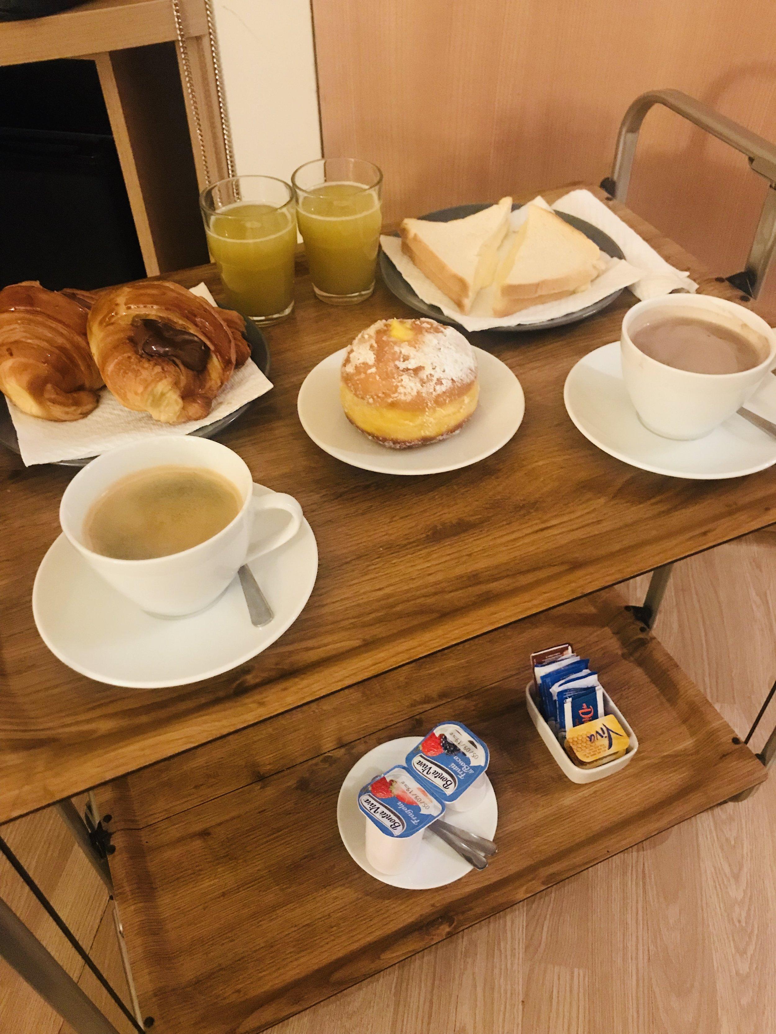 Aamupalakärry tuotiin huoneeseemme joka aamu. Ihan näin paljon ei pystytty syömään!