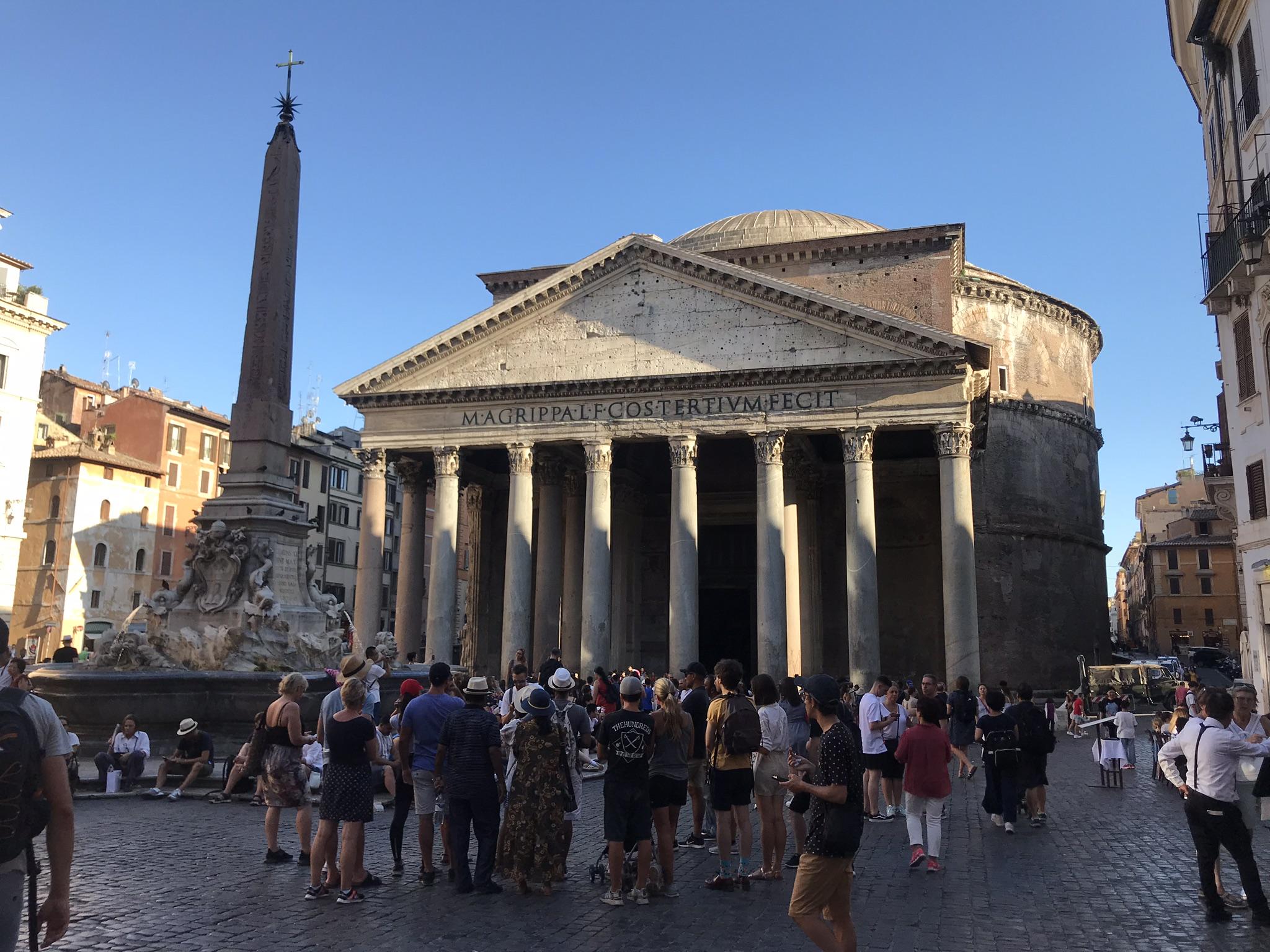 Pantheon , tänne pääsi ilmaiseksi pienen jonottamisen jälkeen.
