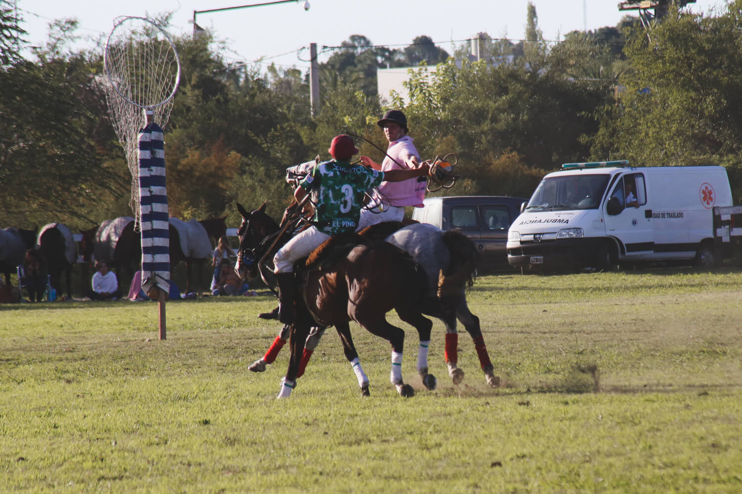 A  cinchada  in action, two players fight for the ball.