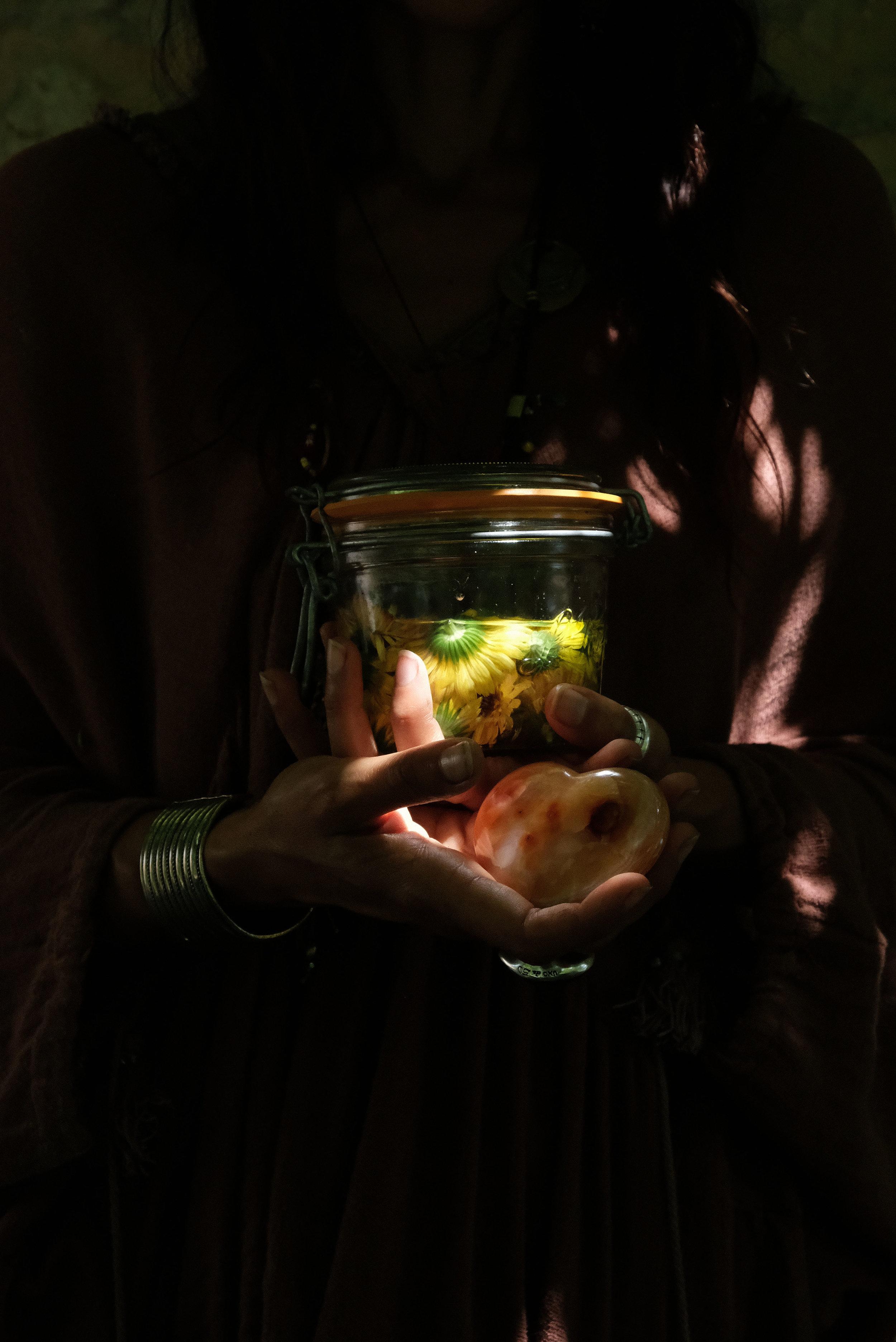 Infusés avec amour - Les élixirs et eaux florales seront bientôt en vente à l'atelier d'art floral.Certains ont été créés à partir de plantes que j'ai cueillies en sauvage, en pleine nature, comme le serpolet ou la carotte sauvage, le lierre ou le houx, d'autres se sont invitées dans mon jardin : l'Achille millefeuille ou l'ortie, la menthe des prés, le chardon marie, je plante aussi quelques espèces au fur et à mesure des années pour créer un jardin botanique comme l'arnica et le souci, la camomille romaine et la rose, la lavande et le romarin et bien sûr la menthe poivrée, la sarriette, le thym, la mélisse, la verveine, la sauge, le laurier, l'hysope, l'eucalyptus, le lys, l'iris, le basilic, le basilic thaï, le persil, l'anis, la mûre, le cassis, le framboisier ou le groseillier. Il y a la plante maitresse de la maison : la Vigne, Muin de son nom Celte.Certaines essences plus aromatiques sont cueillies en Drôme et dans le Vercors par 2 cueilleurs qui sont devenus des amis et ont le respect profond de la plante. Vous pouvez aussi demander une création sur-mesure qui nécessitera une consultation préalable.Avec amour,