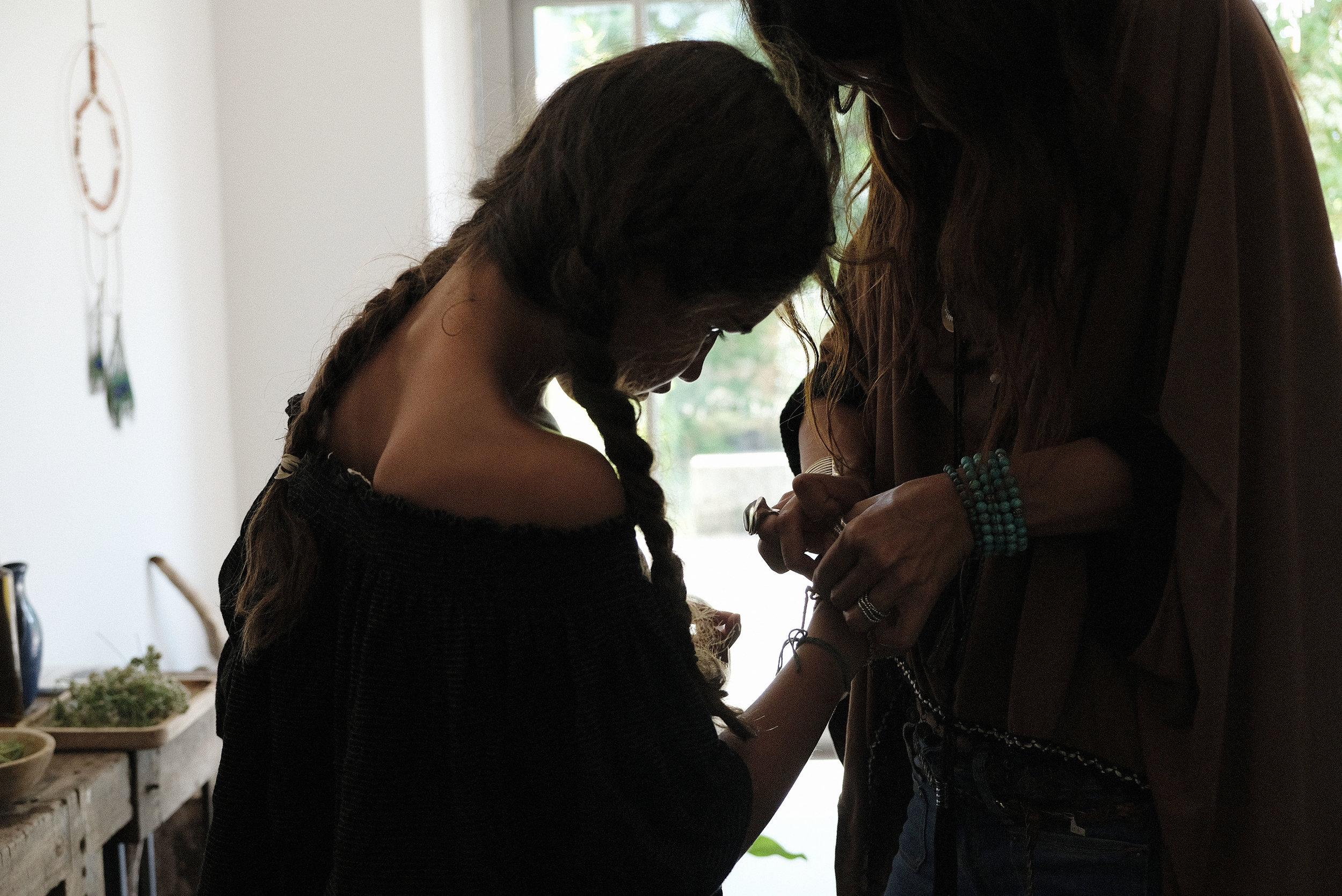 un art de vivre incarné - J'ai continué à apprendre, à expérimenter, à observer. Garder ce lien vivant. Au coeur de nos vies. Un retour aux sources essentiel alors que le monde moderne ne me permettais plus de vivre en harmonie.Les herbes vives manifestent un art de vivre à transmettre comme un fil d'or.A nos enfants, aux générations à venir, aux femmes.