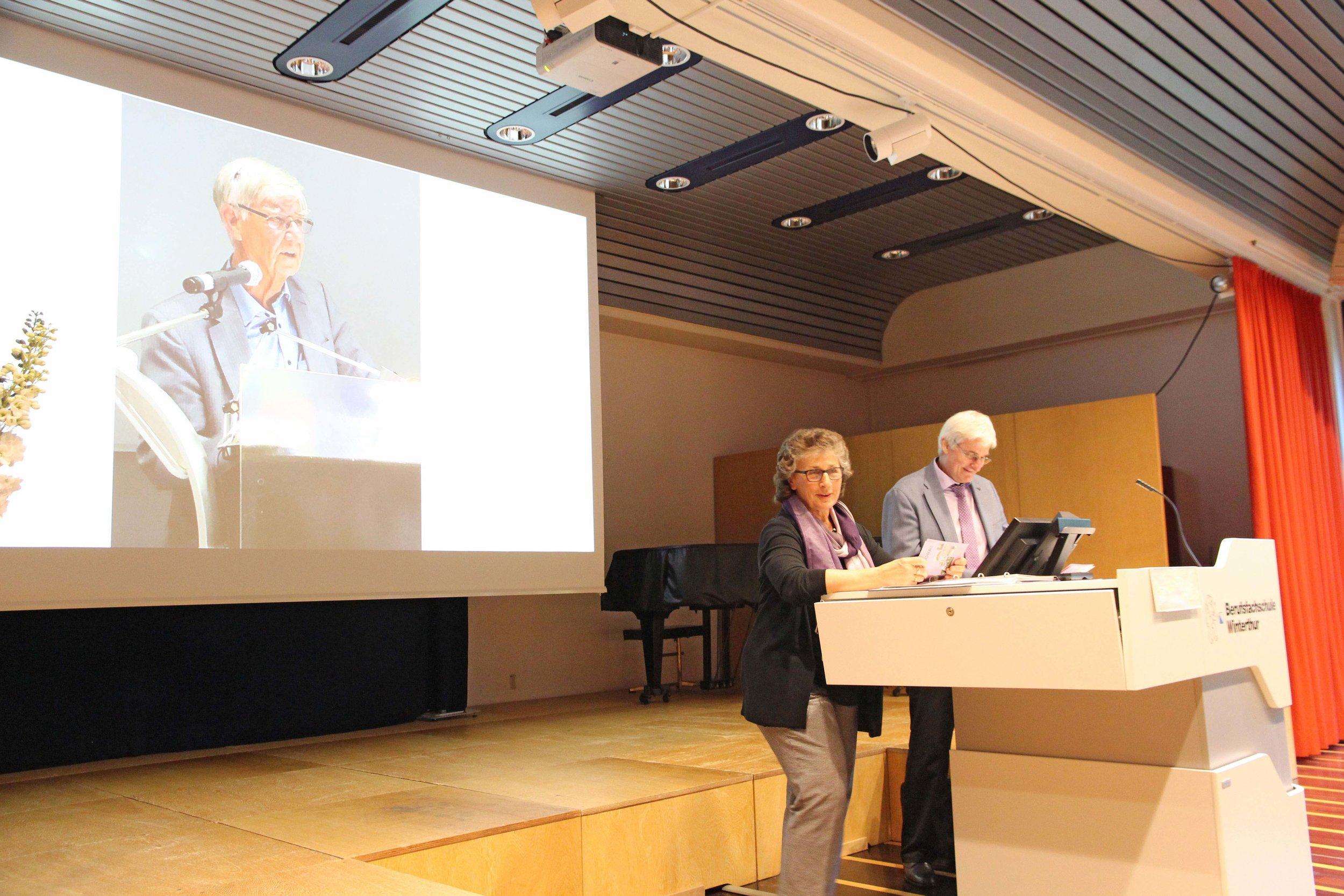 Die Vorstandsmitglieder Ursula und Edgar Müller verabschieden den langjährigen Präsidenten Dieter Thalmann mit einer ergreifenden Würdigung.