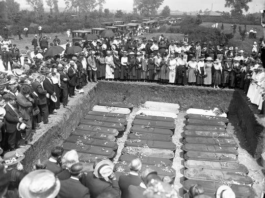 Mass grave from Hammond train wreck.