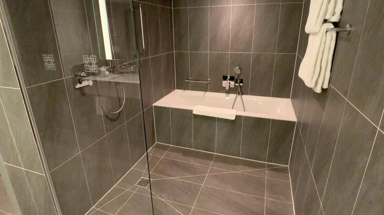 Hilton Vienna Plaza - Penthouse Royal Suite Bath