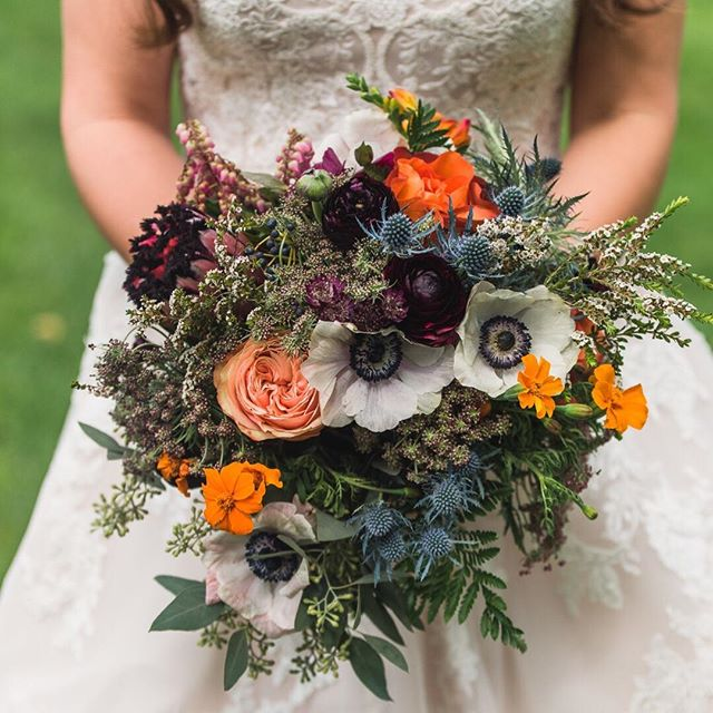 FLORALS//Color. Romance. Vibe. Florals carry ALL of the responsibility on a wedding day--they truly communicate so much without saying anything at all. (Polar opposite of me--I often have A LOT to say, just ask my husband😂)This bouquet by @joyunspeakableflowers was perfection and hit it out of the park on all three counts. 💐 Take a stab at it. What does this bouquet say to you? Any guesses on the type of venue we were at? The time of year this wedding was? 🤷‍♀️ I just love me love some mid-day trivia....coffee is wearing off and I need to perk up!