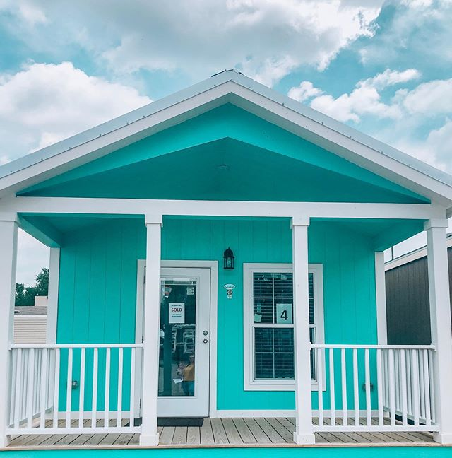 Don't mind me, just over here dreaming about the cutest tiny home I'm going to buy. 😊🏠