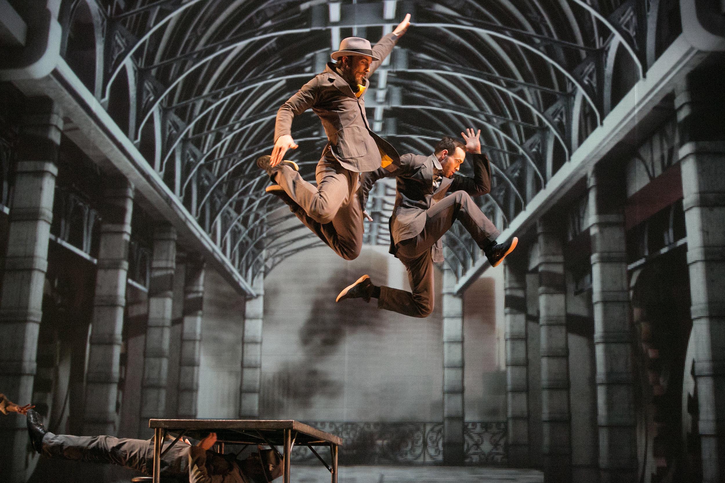"""Cirque Éloize - Der Cirque Éloize wurde 1993 von Daniel Cyr, Claudette Morin, Jeannot Painchaud und Julie Hamelin in Montreal, Kanada, gegründet.Seinen Hauptsitz hat der Cirque Éloize seit 2004 in Old Montreal, im früheren Bahnhof Dalhousie.Auf der Suche nach immer neuen Wegen magische Momente unvergesslich zu machen, schafft der Cirque Éloize seit 1993 inspirierende und poetische Produktionen. Der Cirque Éloize präsentiert seine oftmals erstaunlichen Ideen mit einer beeindruckende Bühnenwirksamkeit und Menschlichkeit.Der Cirque Éloize verbindet die Zirkuskunst mit der Musik, dem Tanz und dem Theater auf moderne und originelle Art. Aufgrund immer neuer, hervorragender Kreationen, zählt der Cirque Éloize heute zu den besten Zirkussen der Welt.Der Cirque Éloize hat mit all seinen rund 100 Mitarbeitern und zahlreicher Produktionen bisher über 5000 Vorstellungen in mehr als 550 Städten und 50 Ländern gegeben. Bis heute haben mehr als drei Millionen Menschen eine Show des Cirque Éloize besucht.Die Artisten: Annie-Kim Déry, Arthur Parson, Ashley Carr / Eve Bigel / Frédéric Lemieux-Cormier / Klaudyna """"Klodi"""" Dabkiewicz / Seppe van Looveren / Tristan Nielsen / Yann Leblanc.Management & Crew: Frédéric Bélanger, Storyline and Transitions / Jean-Philippe La Couture, Producer / Nicolas Boivin-Gravel, Artistic Director / Claude Tremblay, Production/Team Manager / Marc Labranche, Artistic Rigger"""