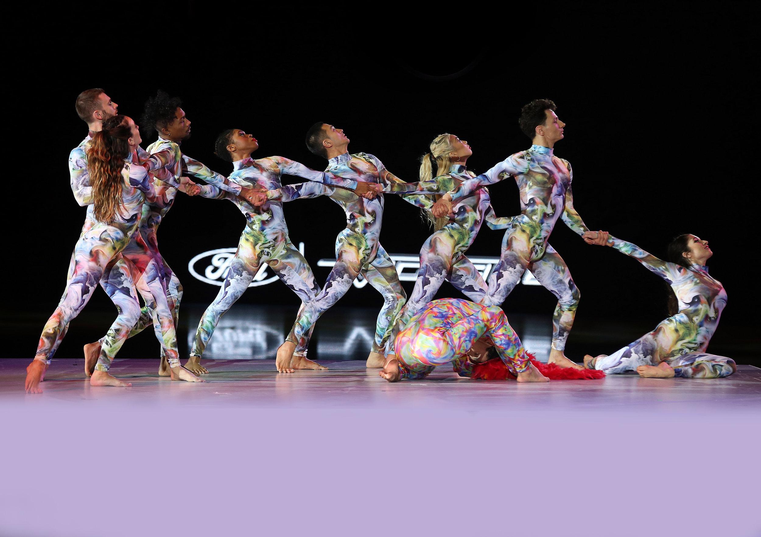 """Art on Ice Dancers - Die Art on Ice Dancers sind alle Profitänzer aus Kanada und den USA und haben fundierte Ausbildungen. Sie waren bei Castings wie """"So You Think You Can Dance"""" erfolgreich und auch schon mit Musik-Weltstars auf Tournee. Ariana, John, Kae Kae und Michelle gehörten bereits 2018 zum Ensemble von Art on Ice.Ariana Crowder, Howard Johnson, John Santos, Jourdan Epstein, Kae Kae Lee, Michelle Dawley, Shane Simpson;"""