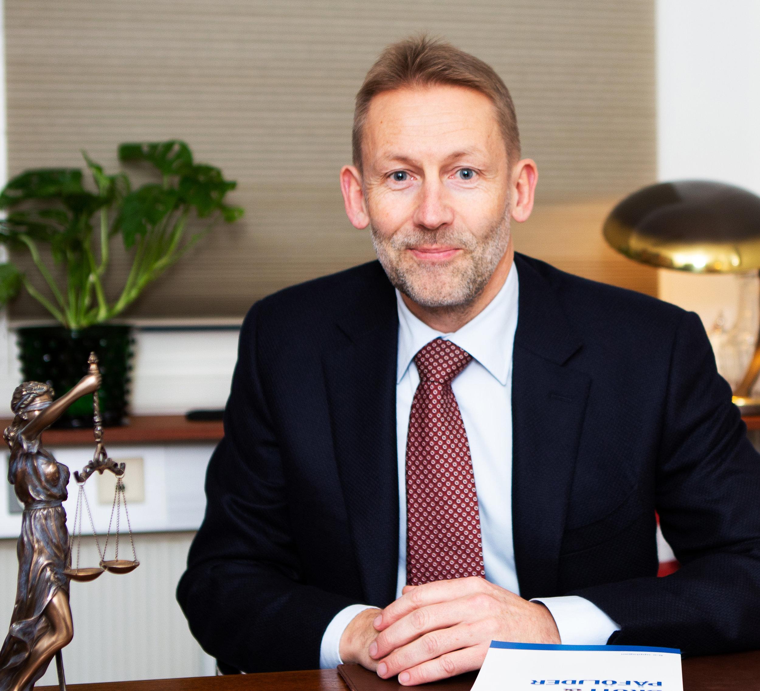 Lars Andersson  Advokat, delägare.  Lars är konkursförvaltare, vilket tillsammans med brottmål utgör hans huvudsakliga verksamhetsområden.  Lars tar uppdrag som såväl offentlig försvarare som målsägandebiträde. Som offentlig försvarare har han särskild kompetens inom ekonomisk brottslighet.  Lars tar även uppdrag inom affärsjuridik och arbetsrätt.   Kontaktuppgifter:  E-post:    andersson@sannerbrink.se