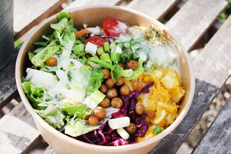 Gesunde Salat Bowl mit Kichererbsen