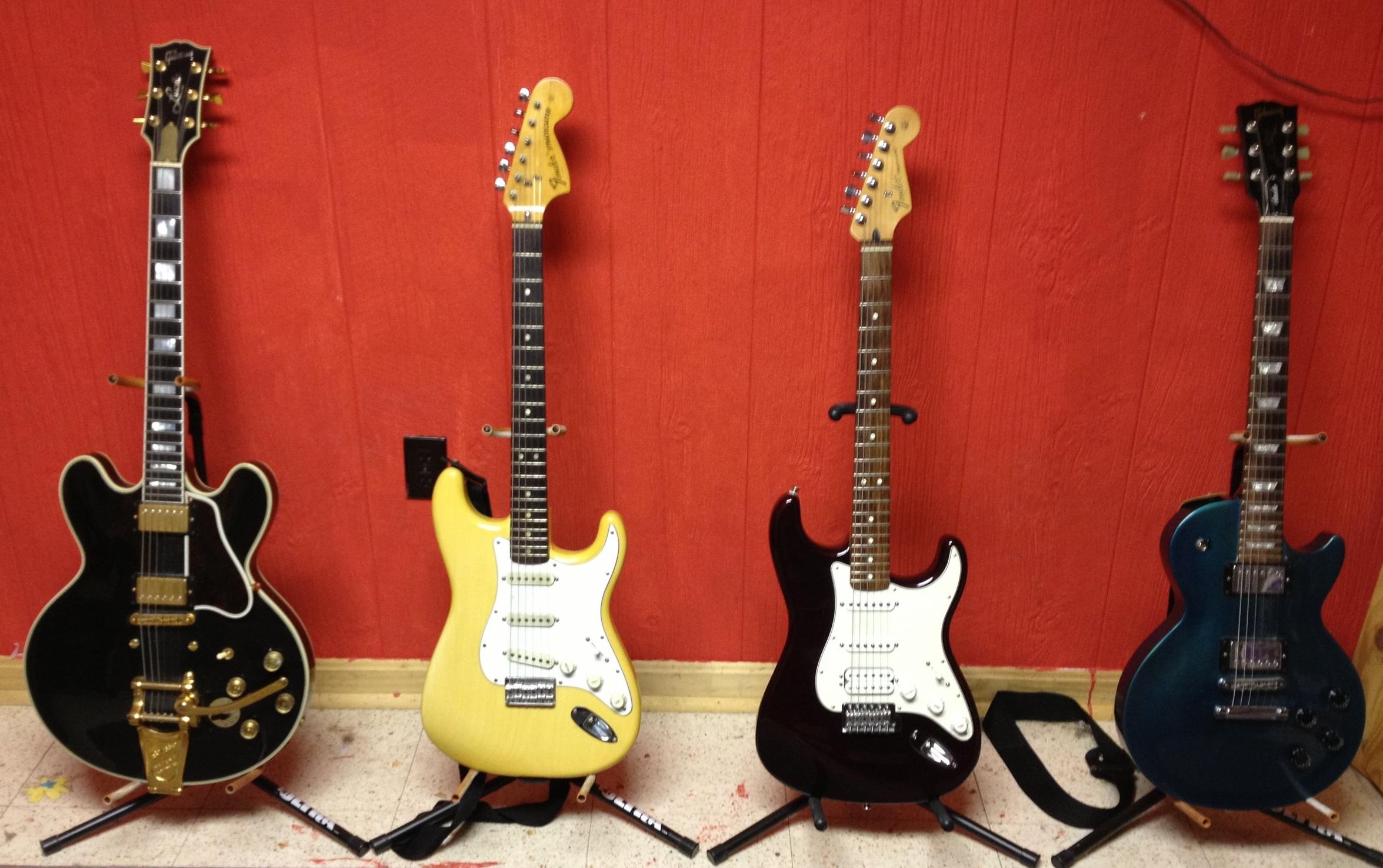 Gibson_Lucille_Fender_Stratocaster_Gibson_Les_Paul_Studio.jpg
