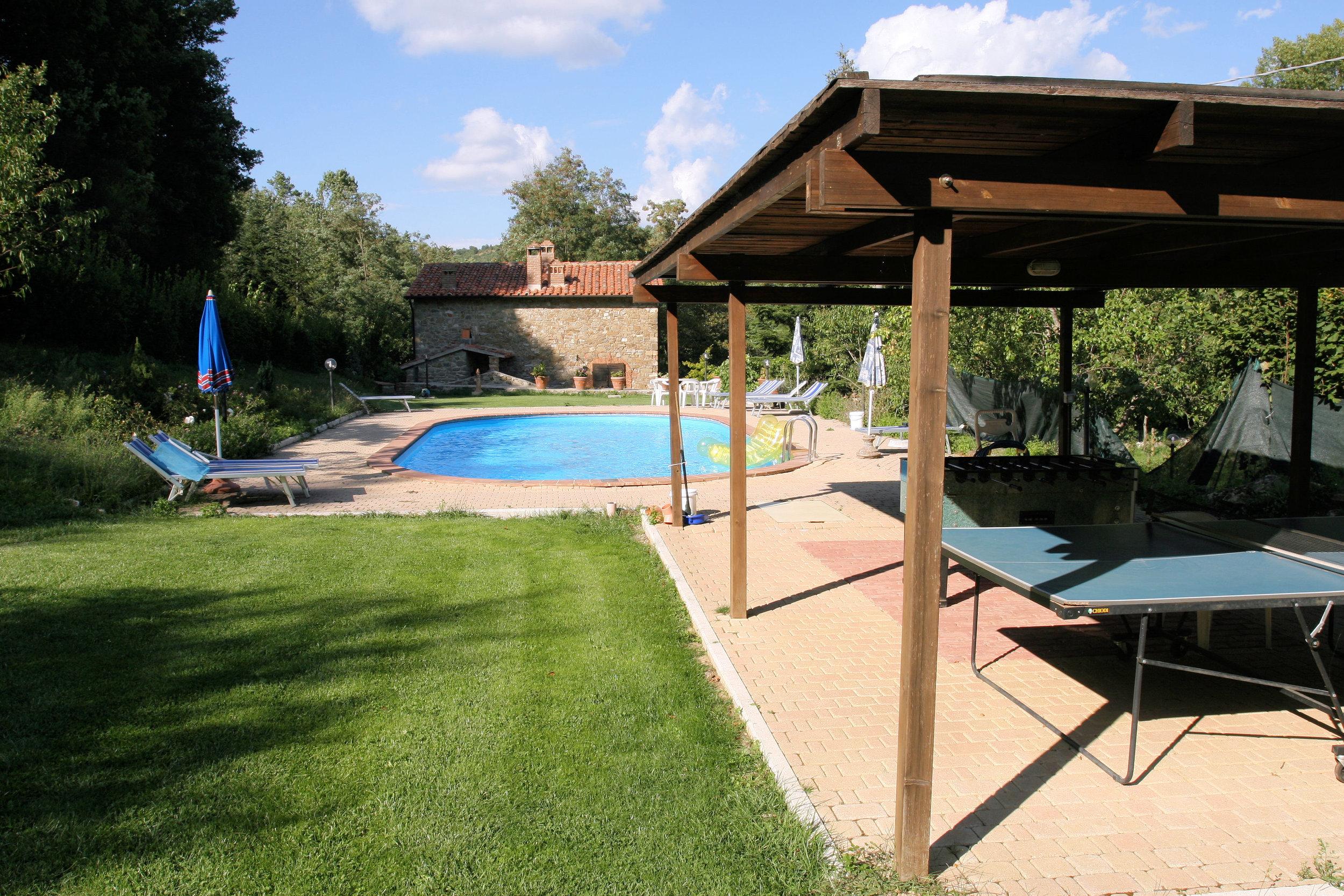 area piscina gazebo tavolo ping-pong -calcio balilla.JPG