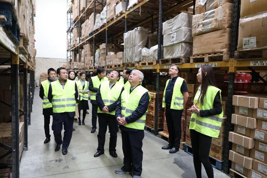 天津市政协主席盛茂林一行在英国飞翔公司员工带领下参观仓储区域