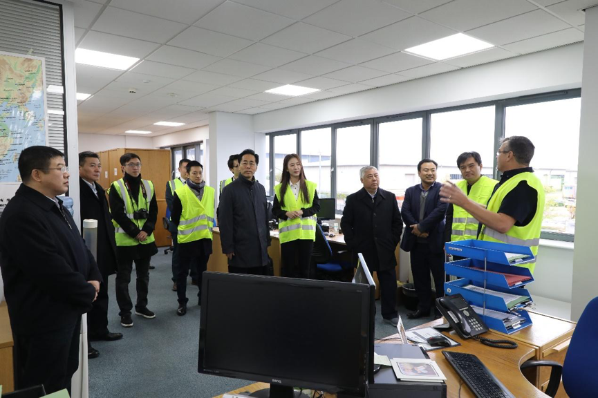 天津市政协主席盛茂林一行人在飞翔公司外籍员工带领下参观办公区域