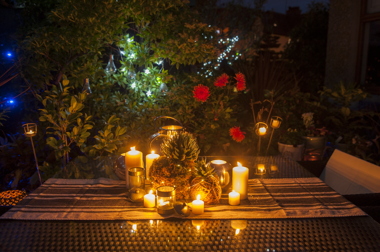 pots-and-pateriors-winter-table-setting-outdoor-living-space-candles-kokedama.JPG