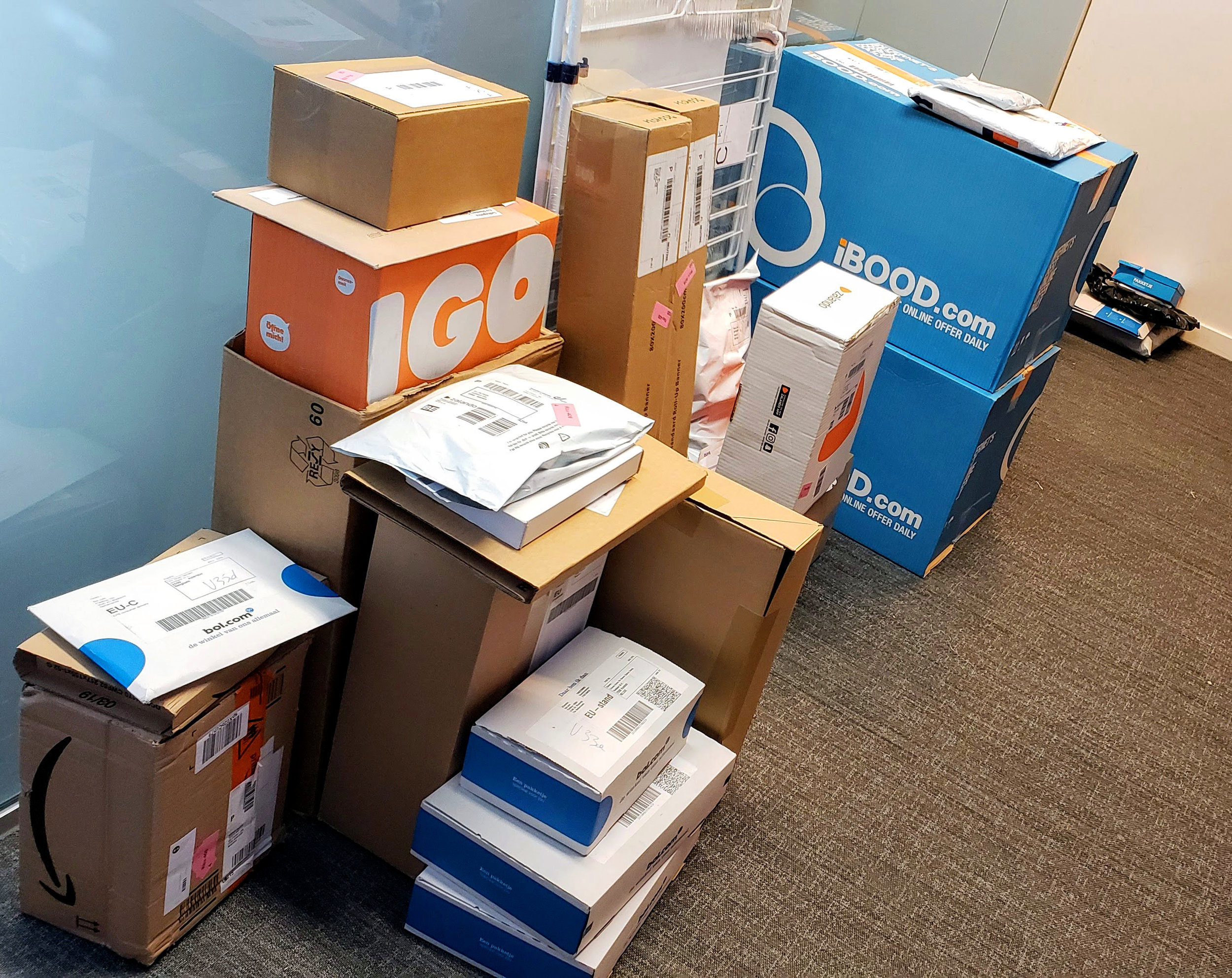 The problem - People often have a personal package delivered to their workplace. This is not always convenient for employers, who sometimes experience operational difficulties, especially during peak periods. Some employers even go as far as to forbid at-work delivery.