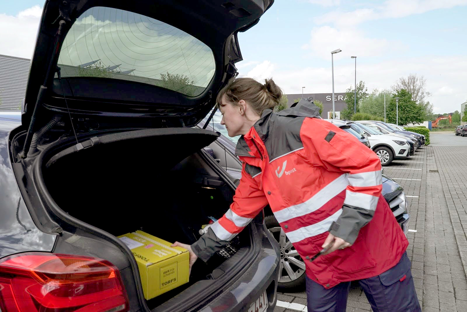 A SOLUTION? - This spring, bpost is testing a new service to deliver parcels directly in the trunk of employees' cars while they're at work. The test is focused on finding out how customers interact and respond to this new service.