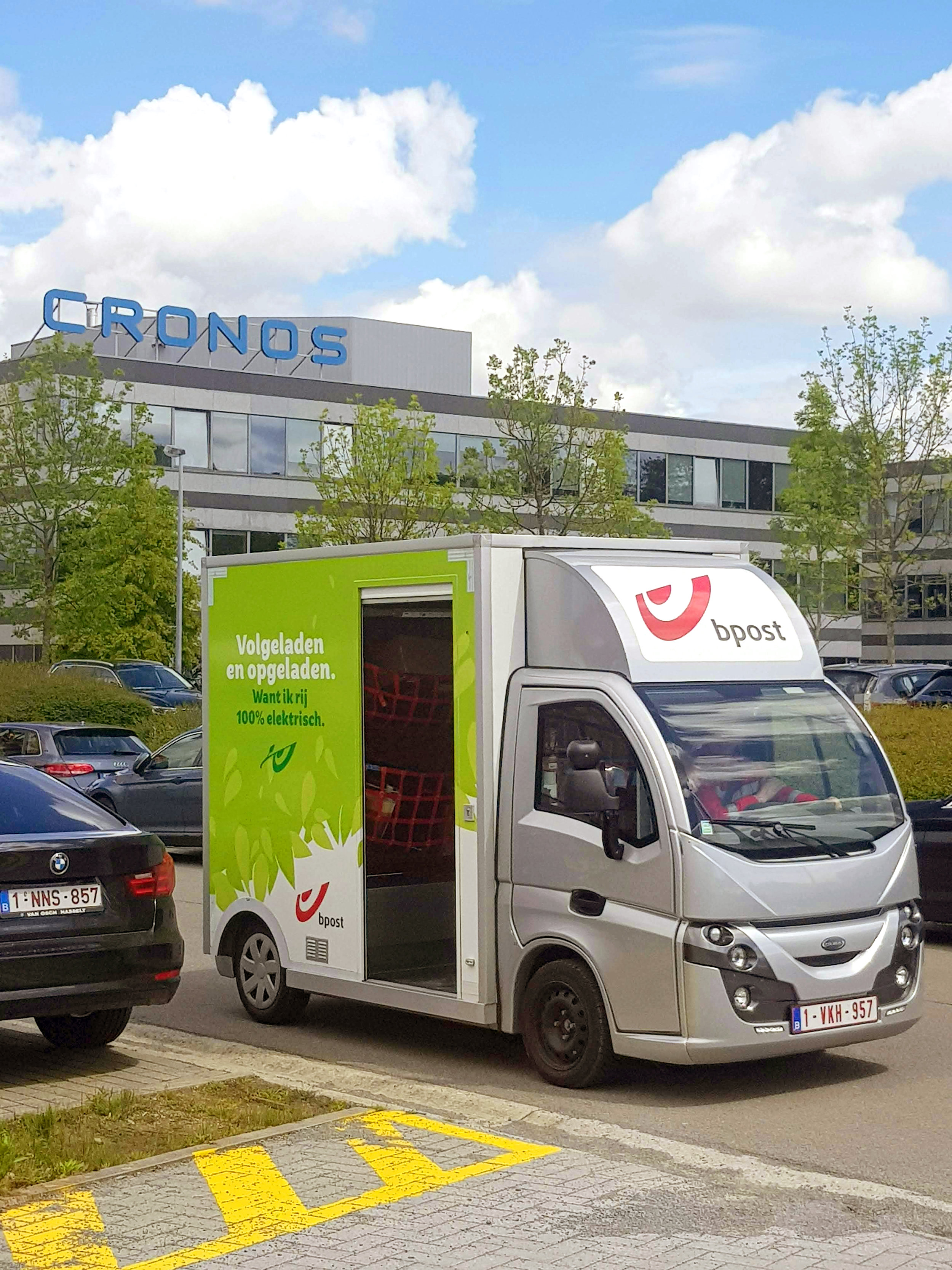 The experiment - bpost is conducting a series of tests at Cronos Group, a major player in technology innovation, with headquarters in Kontich. The parking lot of Cronos Group is used to learn about how this service might work in real life conditions, and if people would be interested in it.