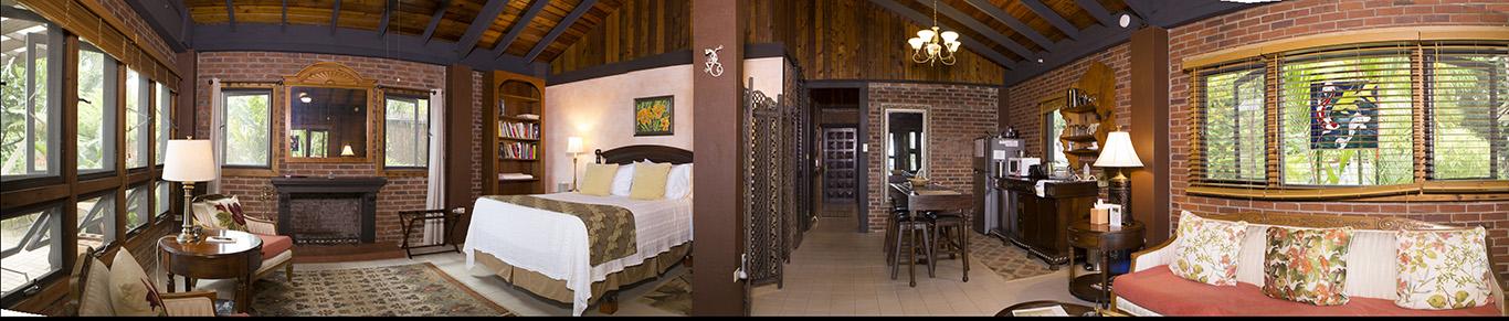 Una panorámica de nuestra villa, con dos camas Queen, una chimenea, dos hamacas Mayas y una hermosa vista del Caribe; Nos encantaría ser sus anfitriones para su próxima escapada romántica.