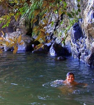 Refrescante pozo de natación natural sobre una cascada, en lo profundo de la selva y privado.