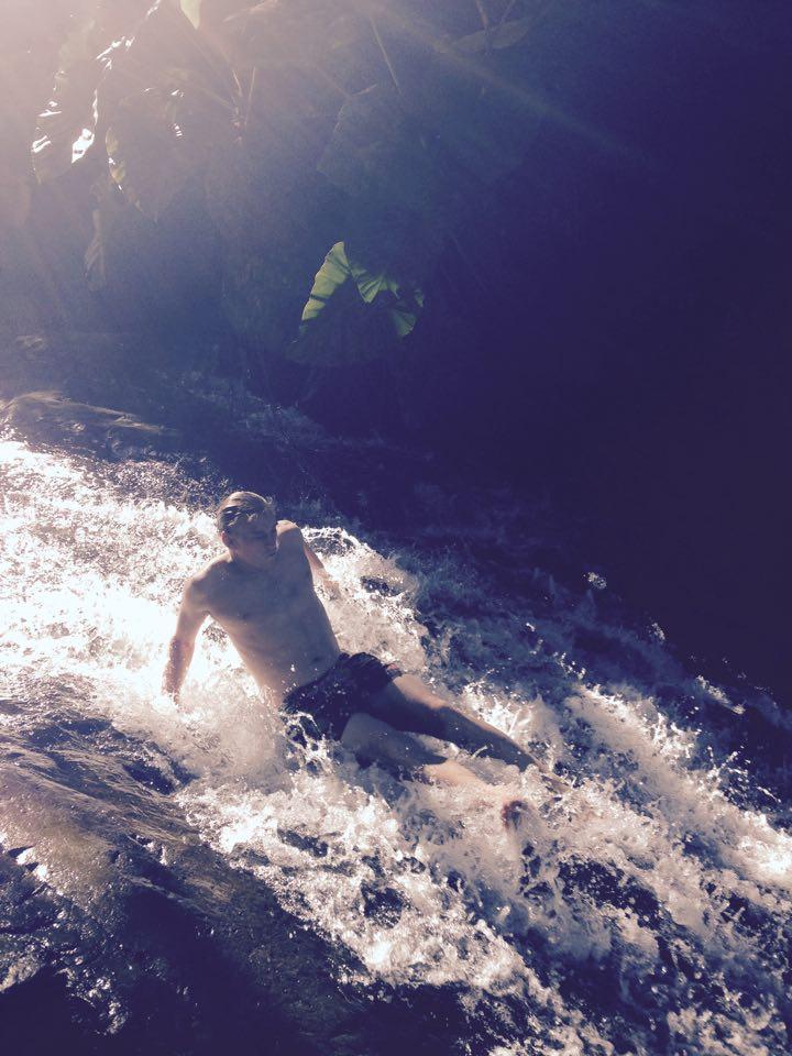 Sienta el torrente de la cascada en un tobogán natural.