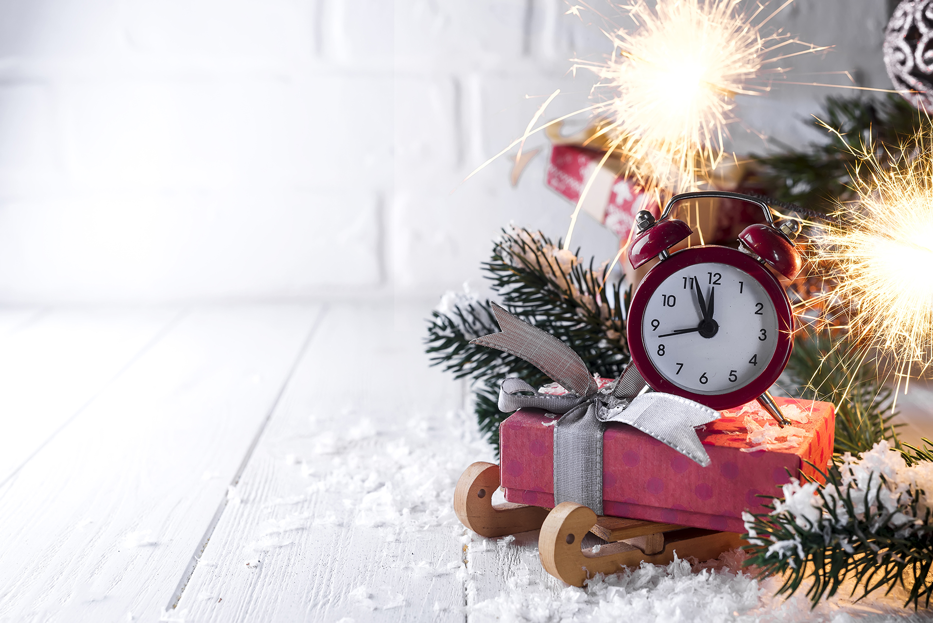 new-years-clock-with-burning-bengal-fire-P2ANJGY.jpg