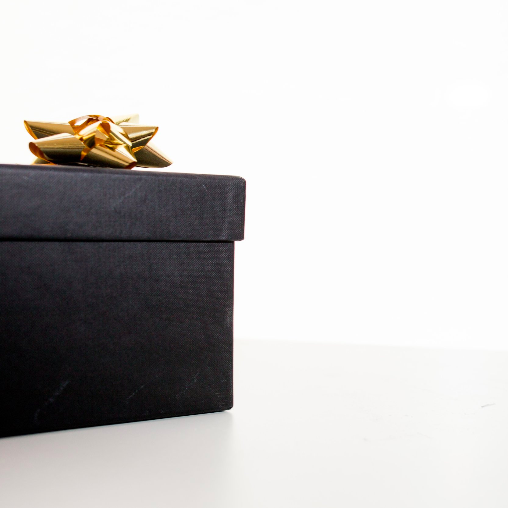 birthday-gift-bow-box-190930.jpg