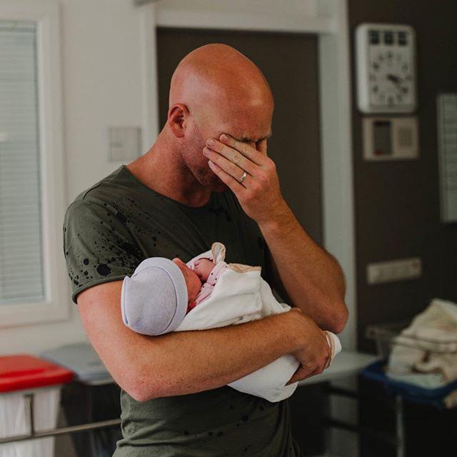 Trotse vader, na een lange nacht kon hij eindelijk zijn 2e dochter vasthouden! 💝