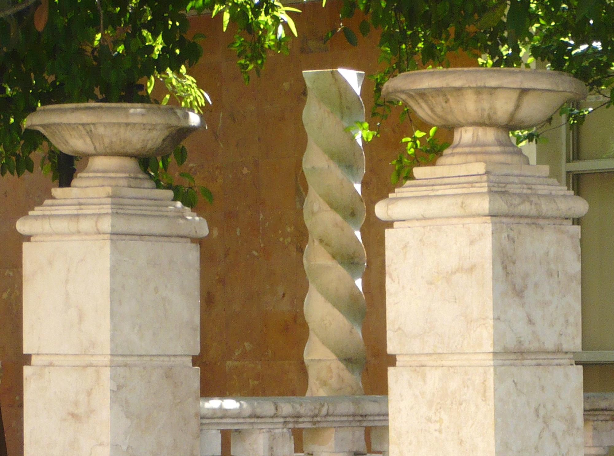 Monterrey_2000x1485_2011_June27-July5_Galeriavasesoncolumnas_P1070604.jpg