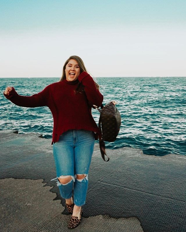 Got all dressed just because🍁🥰 Love my new city and love being so close to the water 🧡🎃 . . . . . . . #blogger #fashionblogger #travelblogger #thriftedfashion #platoscloset #sustainablefashion #midsize #midsizeblogger #bodypositive #beautyblogger #aexme #momjeans #aemomjeans #tezzaapp #louisvuitton #somethingnavy #somethingnavyxnordstrom #fallfashion
