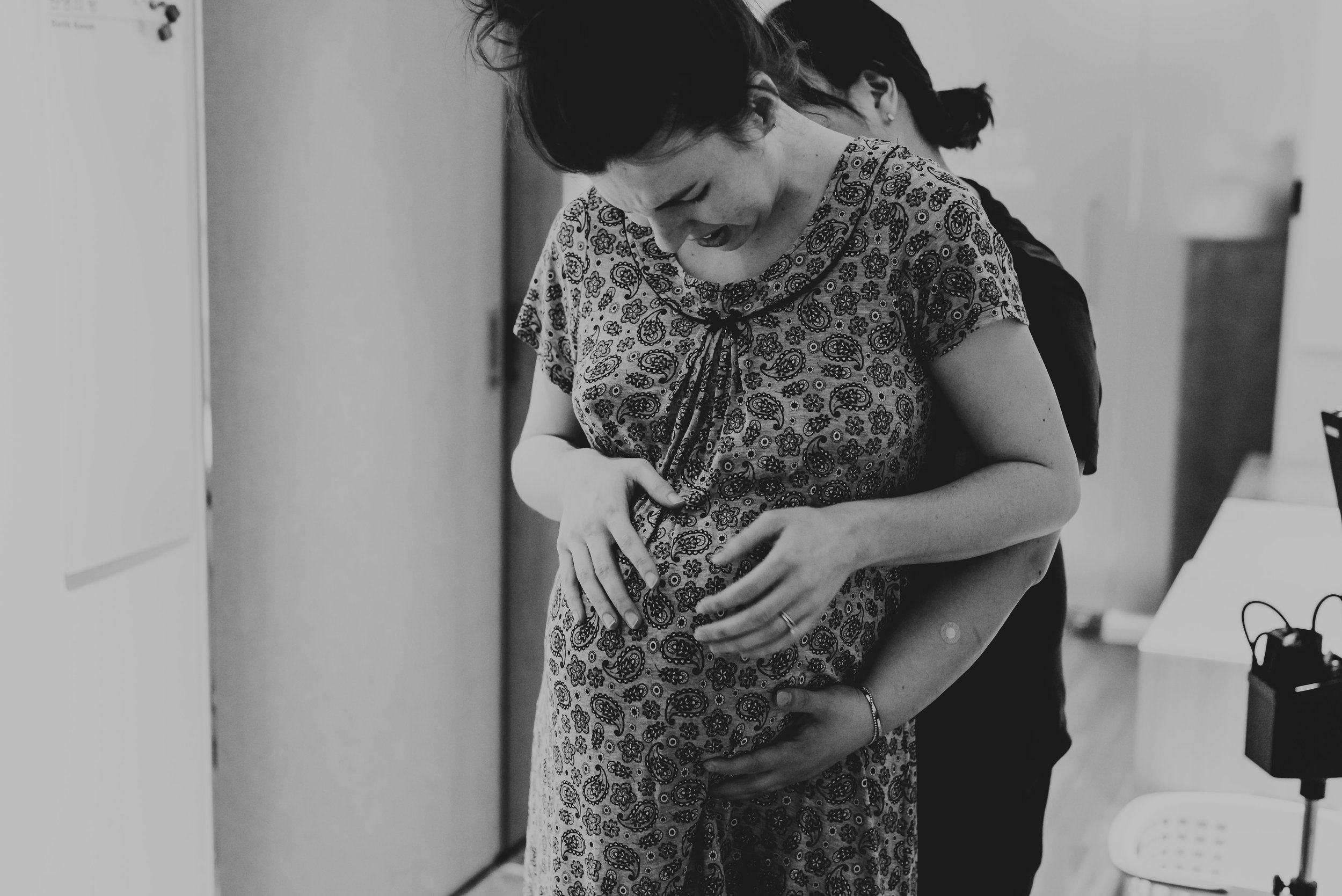 doula helping mom through the contractions and a birth center with junebug photography studio in manhattan, ks