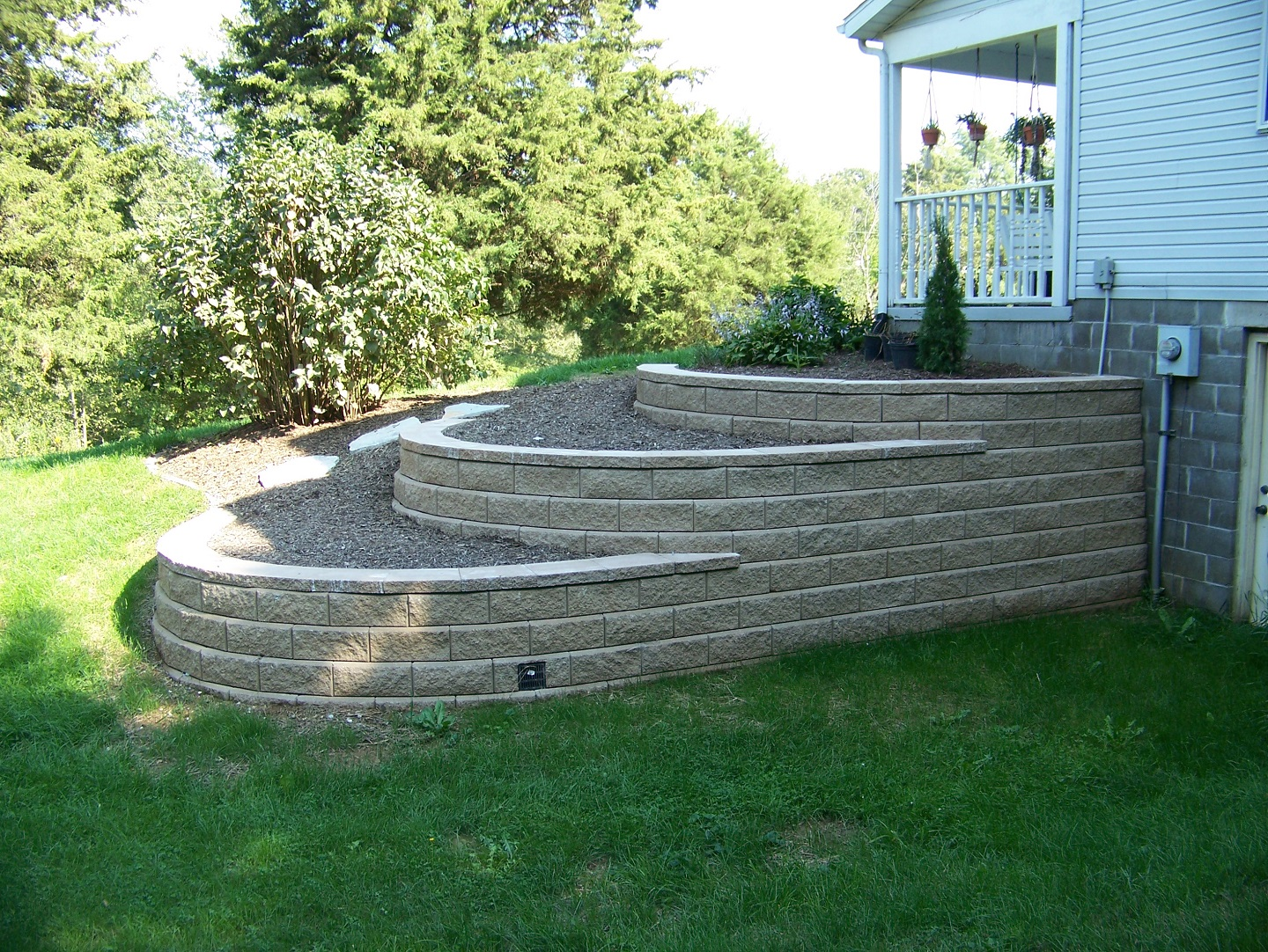 Landscape design with retaining wall in central Illinois