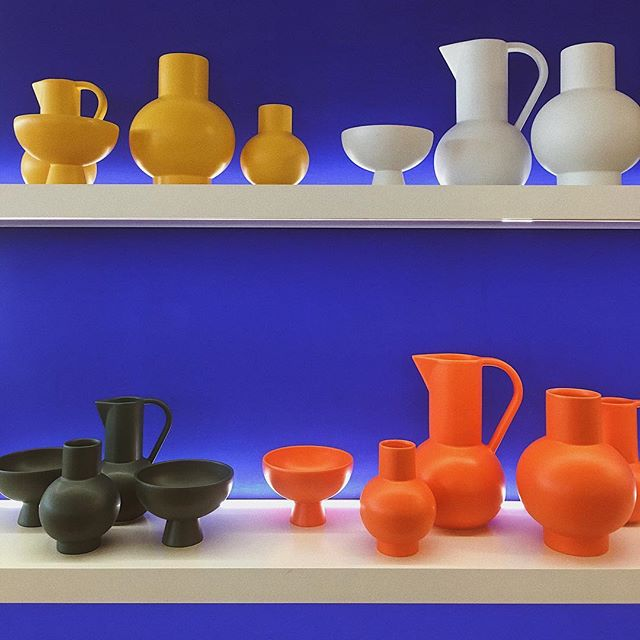 Who else also loves a Sunday window shopping? 🧡 . . . #londonbloggers #interiordesign #shelfie #pottery #midcenturymodern #discoverunder1k #cobaltblue #kleinblue