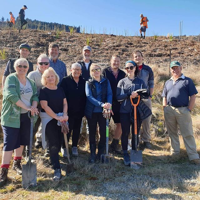 Here's a beautiful Saturday morning and some of the @limousineservicesqueenstown team out helping the amazing @wakatipureforestationtrust. We were part of a crew of over 90+ local volunteers who planted over 1100 native plants in the ground at Whitechapel Reserve. This was a great way for the team to celebrate 50 years of #departmentofconservation conservation week. We're really looking forward to getting behind many more of these events!#natureneedsus #conservationweek