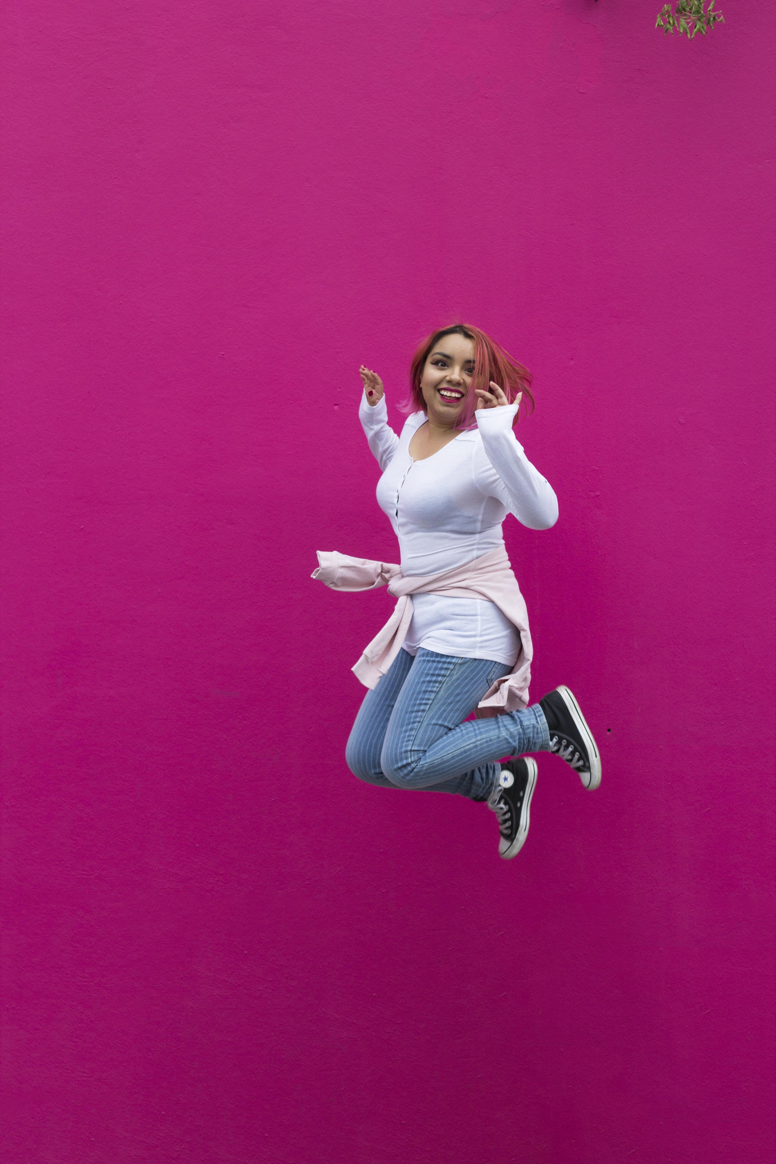 Tu Guía: Gaby Figueroa - Luego de años de no comprender de dónde venían miedos irracionales e ideas limitantes, me di cuenta que estaba cargando con un mantra familiar y transgeneracional.Entendí que para ser yo misma y elegir mi propia vida, tenía que conocer y sanar las heridas de quienes me precedieron.Mi mejor herramienta es la escritura autoterapeutica, la que llevo usando 4 años.Soy Lic. en comunicología y asesora filosófica y voy a guiarte en este viaje hacia las raíces para desactivar las cargas que no te dejan ser tú.