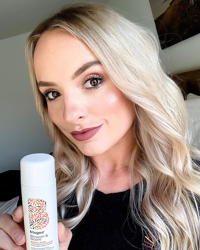 There's nothing I love more than beachy loose waves for the summertime! I have pretty fine hair so I'm always looking for ways to had some height. #ad @briogeo Volumizing Root Powder is absolutely brilliant at giving lift without weight or a sticky texture. 👩🏼‍🔬This follicle-stimulating formula contains ginger, ginseng, and biotin that pumps up the volume not just at the root but all over. This also contains Vitamin B5 that strengthens hairbwhole maltodextrin, a natural sugar starch, that thickens and separates strands for a more piecey wind—blown look. Cheers to reaching new heights. 👌🏻 . . . #beautyconcierge  #alyssaciffone  #briogeobabe  #briogeo