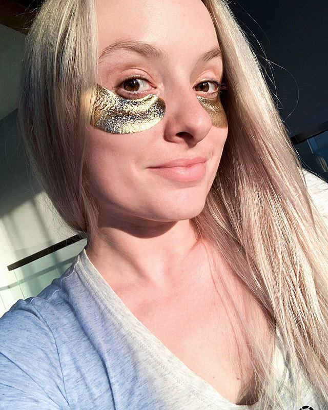 Eye see you Monday...feeling overloaded today partially from traveling over the weekend and also not getting enough sleep. 😴Taking a minute to wind down with these @wander_beauty Gold Eye Masks is the first step on tonight's agenda. Also, they make for a fun photo TBH. The gold foil retains heat for maximum serum retention. These contain jojoba oil, Shea butter, and lavender oil for a moisture rich experience. 🛍 Follow me on the LIKEtoKNOW.it app to get the product details! http://liketk.it/2Cise #liketkit @liketoknow.it . . . #beautyconcierge  #alyssaciffone