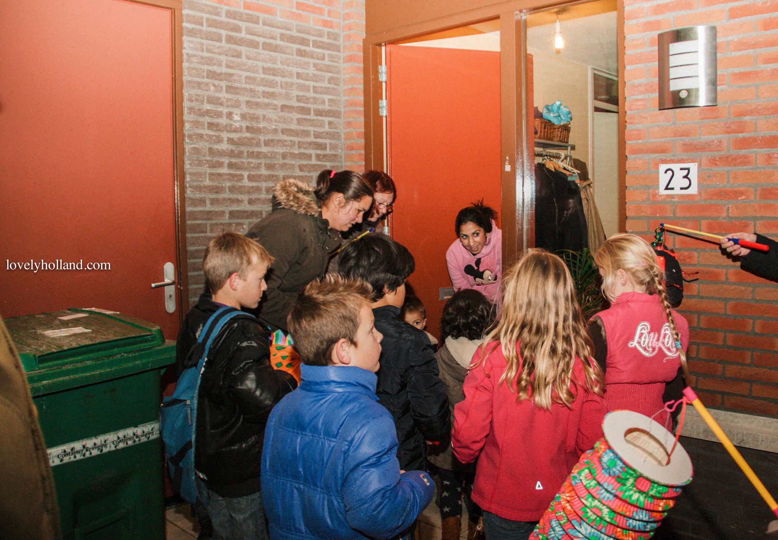 家長陪孩子一起參與活動,孩子們提燈,籠向鄰居唱聖馬丁歌。