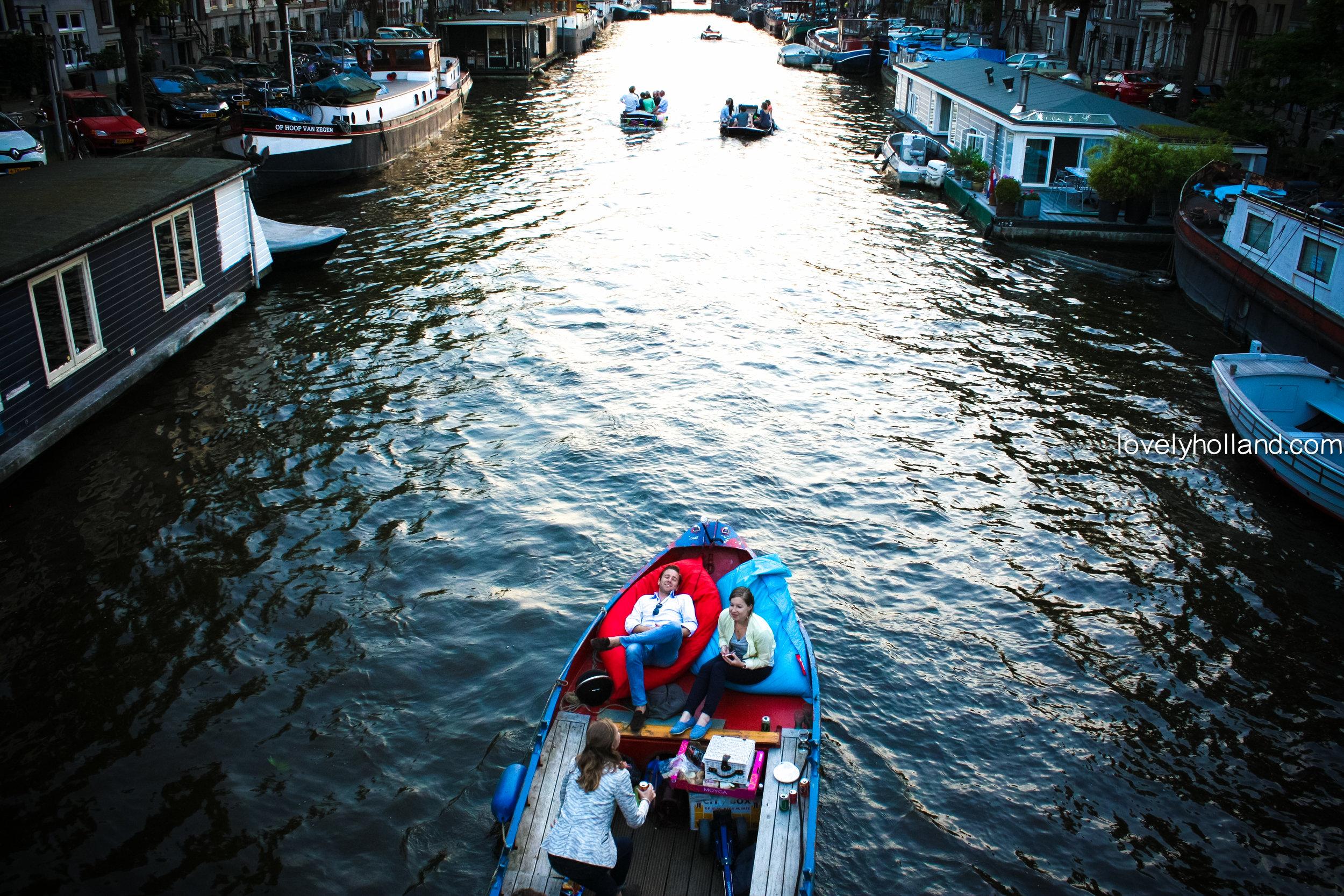 一到夏天,阿姆斯特丹運河上到處是載滿三五好友的小船。遊運河,喝香檳,歡度下班時光。