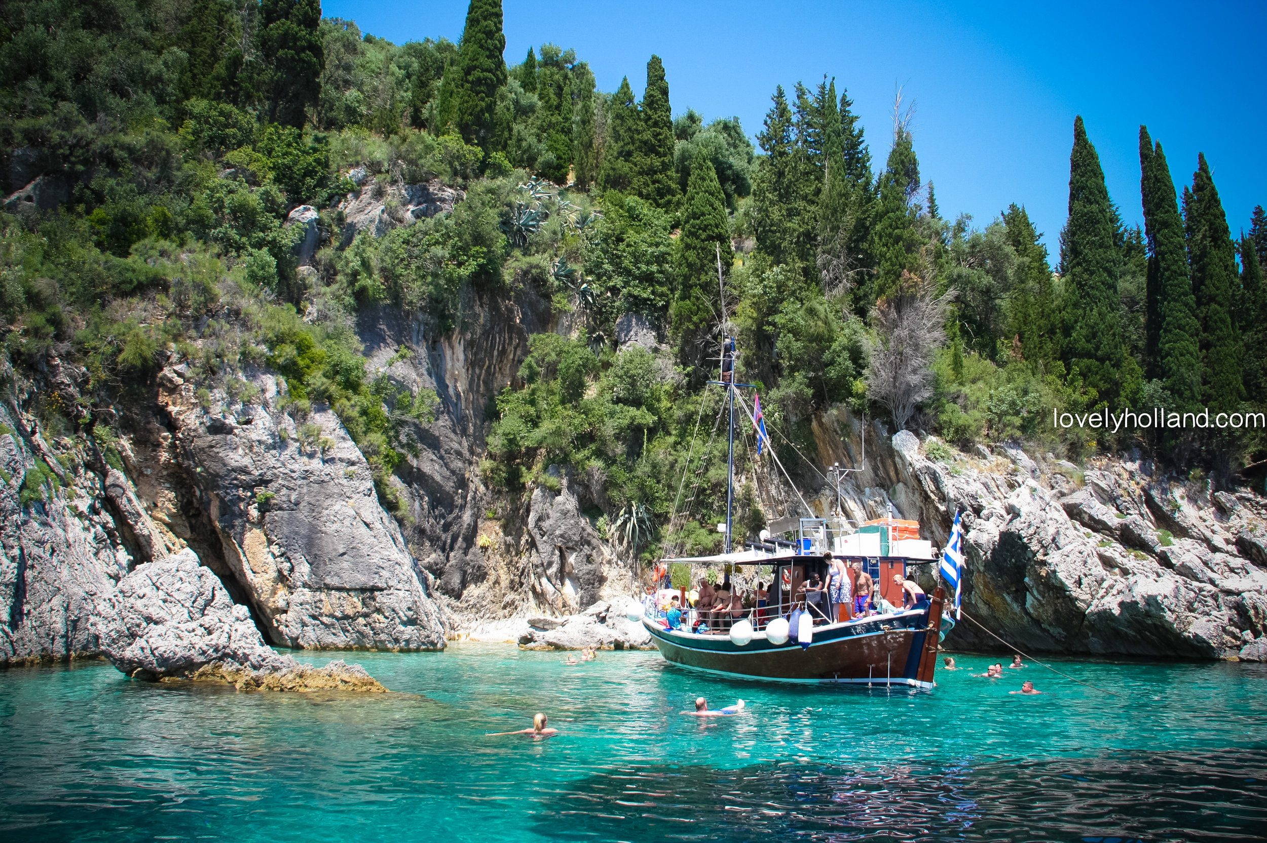 每天只有幾艘登記過的客船,能載遊客來到這片海域。