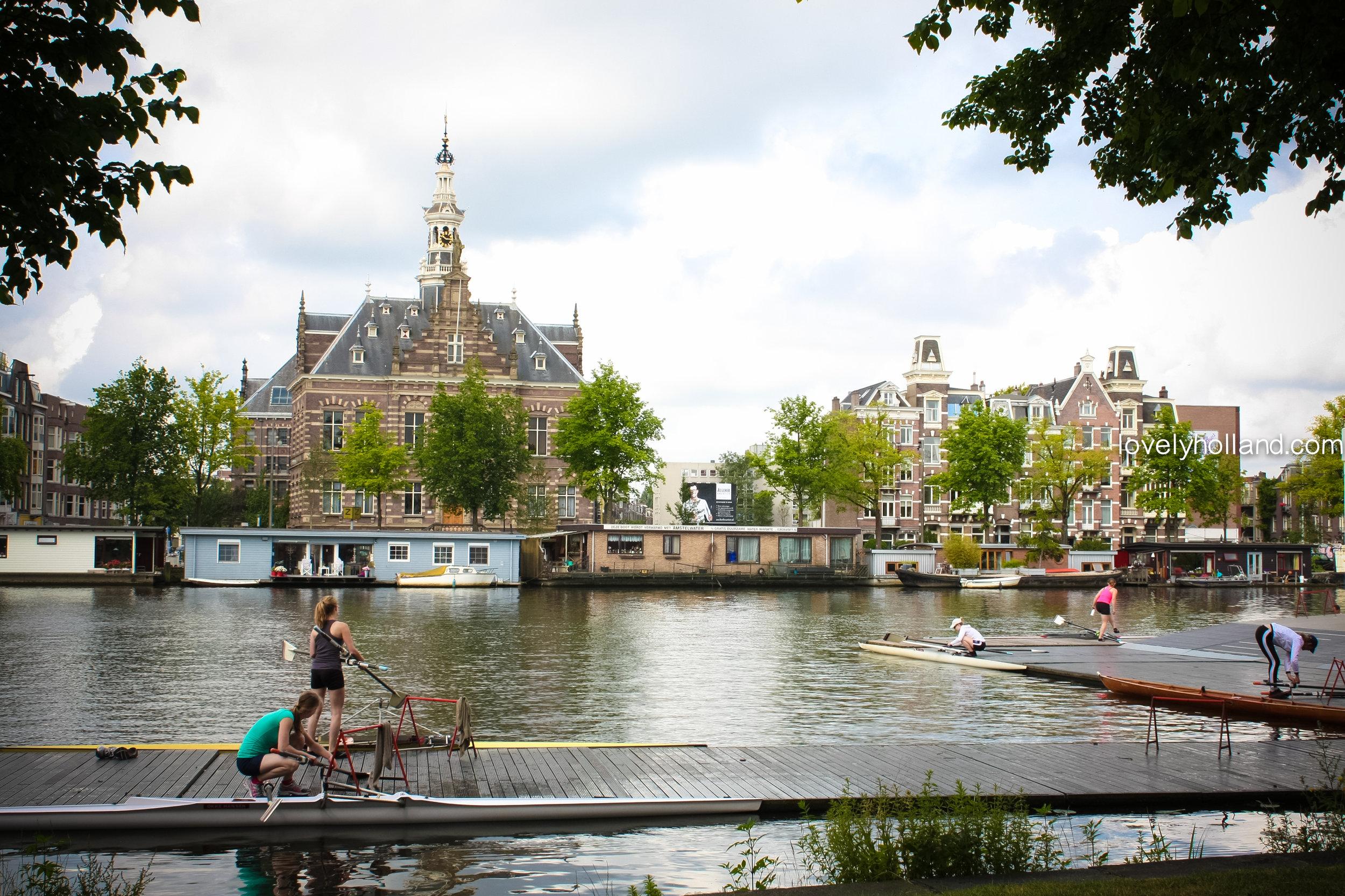 每到週末一早,就有許多人開始在運河上練習划獨木舟。