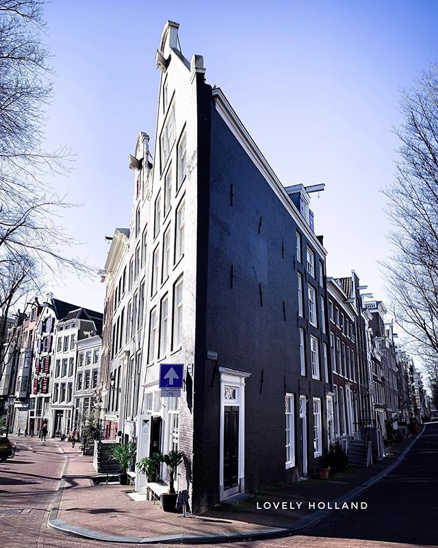 星期天早安!安靜無人的阿姆斯特丹,真舒服!.... 但該走左邊,還是右? . 有時選錯路,真得花點時間才能找回對的方向。但如果不趕時間,讓自己迷失在這整片已納入世界遺產的運河區裡,絕對有意想不到的美景入眼。 . 我常會挑新的路徑走,然後就像看齣新影片一樣,一下是美麗的窗台擺飾,或路邊有美麗花草,還有可愛曲曲斜斜的老房... 🌸 🌸 🌸 🌸  #阿姆斯特丹 #運河 #荷蘭 #愛荷蘭左擁右抱 #荷蘭🇳🇱 #迷路 #老房子 #歐洲旅遊 #春天 #建築設計