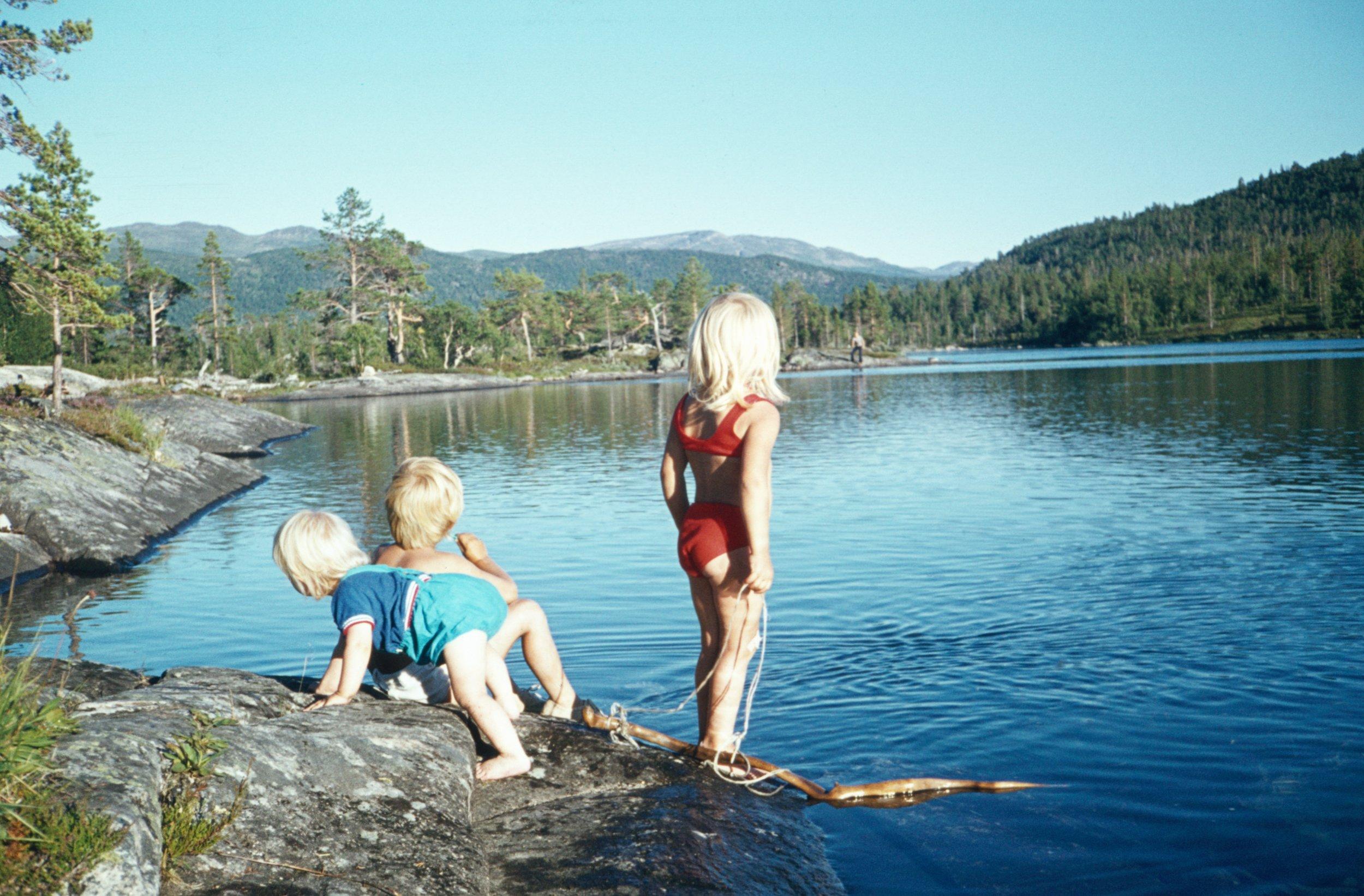 Bade eller fiske … - Her er 3 av oss på badetur til Solheimsmoen i 1974. Me skal ikkje påstå at det ofte er veldig høge badetemperaturar på Hovden, men mamma badar uansett frå tidleg sommar. Fine turområde og badeplassar finst det uansett mange av.